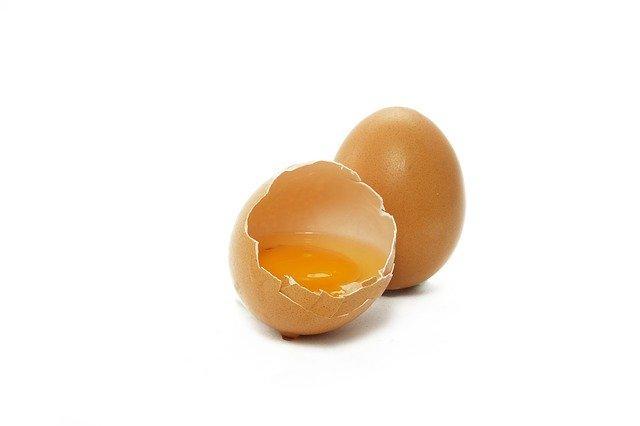 яичный желток в луковой маске